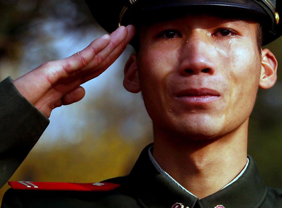 картинка мужчина отдает честь и плачет говоря